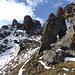 La Brinta. Durch das schneegefüllte Couloir führt ein kettengesicherter Weg unter den Gipfelkopf.