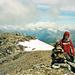 Die ausgedehnte Gipfelfläche des LÒmen Roso. Leider in den Wolken, die Berner Alpen.