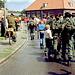 In Wijchen. Die Kinder neben den Soldaten bettelten um Andenken.
