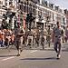 Amerikanische Militärkapelle beim Einmarsch. Die Musiker maschieren die letzten 5 km mit ihren Instrumenten.
