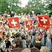 Schweizer Militär beim Einmarsch. An Stelle des Bajonetts war die Schweizer Flagge aufgpflanzt.
