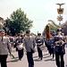 """Die Bundeswehrkapelle beim Einmarsch. Dies war 1974 2 Wochen nach dem Fußballendspiel der Weltmeisterschaft. Die Kapelle spielte: """"Ja wir sind mit dem Rad'l da"""" und man sang dazu: """"Holland hev keen Weltpokal""""."""