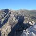 Blick vom Gipfel zu den Tajos del Sol (1689m, links) und zum Navachica (1831 m). Gäb's hier mal Schnee, wär das wohl ein schöner Skitourengipfel.