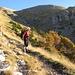 Durch dieses Seitentälchen geht es auf Weg Nr. 252 aufwärts zur im Hintergrund zu erahnenden Sella di Fonte Fredda.