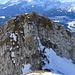 Vom Vorgipfel des Wildhuser Schafbergs gelangt man nordseitig über eine (drahtseilgesicherte) Felsrinne zur Scharte zwischen Vor -und Hauptgipfel