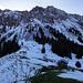 Gerade aus in die Höhe führt im Sommer ein Bergweg auf den Grat. Rechts runter der Weg Richtung Schwanden. Blöderweise war alles so verschneit dass ich diesen Weg nicht fand, bzw. den Einstieg...
