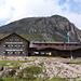 hinter der Hütte der Egesengrat - über dessen teilweise rechts ersichtlichen Pfeiler der schwierige Fernau Klettersteig führt <br /><br />(siehe meine Tourenberichte!)