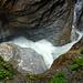 Der Gletscherbach zwängt sich durch kaum 1m breite Felswindungen ...