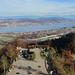 Blick vom Aussichtsturm auf die Aussichtsterrasse und den See