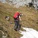 Schneereste umgeht man am besten - es ist steiler, als es aussieht<br /><br />Die blauen Markierungen sind meist auf einzelnen Steinen im Gras, Fels, aber z.T. auch an kleinen Holzpfählen angebracht