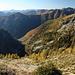 Valle di Fümegn che in fondo diventa Valle della Camana. Più giù in orizzontale la Valle di Vergeletto.  Sullo sfondo la regione di Salei.