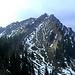 In der Südostflanke ziehen zwei große Trogtäler zum Gipfel hinauf - jedes mit einem Anstiegweg.<br />(Man erkennt 2 Wanderer in der Senke links unterhalb des Gipfels)