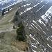 Die Brunnenauscharte - rechts sieht man die Treppchen hinab über die xxx-Alpe zurück ins Tal.<br />Absteigen oder Weitergehen? ... das ist hier die Frage.
