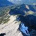 Der nach Südwesten abzweigende Valüragrat, ebenfalls weiss-blau-weiss markiert. Durch das Schneefeld quert der Pfad in der Nordwestflanke vom Binnelgrat dort hinüber.