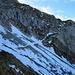 Blick in NW-Flanke des Oberbauenstocks - gut zu erkennen die verschneite Wegspur im Geröllfeld und in der Wand.