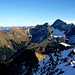 Der letzte Teil Gipfelgrates mit der schneebedeckten NO-Flanke. Dahinter der mächtige Bergstock des Zitterklapfens