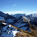 Der letzte Teil Gipfelgrates mit der schneebedeckten NO-Flanke. Dahinter einige Hauptgipfel des Lechquellengebirges.