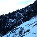 Die NO Flanke im Rückblick. Wegverlauf entlang der deutlichen Schneespur