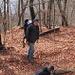 Abstieg über laubbedeckten Weg. Der ältere Sohn macht erste Versuche mit dem Fotoapparat. So bin ich auch mal auf einem Bild.