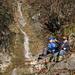 Interessanter Wasserfall. Spezielle Freude macht es, Blätter in der Bach zu werfen und ihre Fortbewegung zu beobachten.