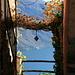 Blick zwischen den Häusern von Cinzago hindurch zum Lago Maggiore
