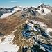 Blick vom Gipfel nach Norden zu den Urner Alpen. Am auffälligsten von links die felsigen Gärstenhörner, der Tieralplistock und der Galenstock. Unten die Westrampe der Furkapass-Straße