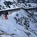 Abfahrt vom Schusterstuhl auf den schmalen Schneeband, rechts Abbrüche          [http://www.matthias.hikr.org Home]