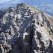 der von hier aus klein wirkende Ampferstein; deutlich kann man die ca. 40° steile Skiroute hoch erkennen; im Augenblick nur eine öde Schuttrampe