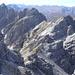 die von hier aus unbedeutend wirkende Hochtennspitze; links der elegante Steingrubenkogel
