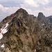 Vom Gipfel des [tour30664 Kleinen Seehorns] gesehen: <br />Die Aufstiegsroute durch die Nordwestflanke bis zur Scharte im NW Grat - von dort hinter dem Grat (nordseitig) zum Gipfel.<br />Heute reicht das Schneefeld im Sommer nicht mehr so weit hinauf, man muss schon viel früher im Fels klettern (II)
