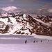 Panorama West - Nordwest: über dem Niederjochferner - der Kreuzkamm in den Ötztaler Alpen. Über der Similaunhütte das Ziel für morgen: die Finailspitze. Links daneben lugt die [tour18252 Weißkugel] hervor. Die Wildspitze (ganz rechts hinter der Kreuzspitze) hüllt sich noch in Wolken - unser Abstiegsweg. <br />Von links kommt Spur von den Similaunhütten hoch.