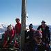 Auf dem schmalen Gipfelgrat kann man nur aufgereiht hintereinander sitzen.