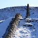 Trockensteinmauern prägen die Gegend vor dem Gipfel