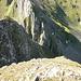 Chli Fulfirst West. Ich hab mich nicht weiter vorgetraut, weil es da sehr steil wird. Um den Aufstieg richtig zu fotografieren, hätte ich noch ein paar Meter zurück absteigen müssen (im Bild geradeaus). Im Hintergrund Grat der Fulfirstköpfe.