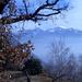 Frühlingshafter Blick vom Rovine del Castelliere auf den verschneiten Monte Tamaro