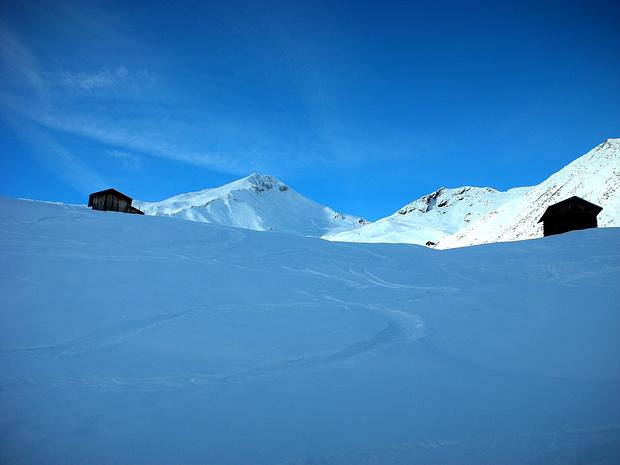 Blick zum Gipfelaufbau des Piz da Vrin (NE-Gipfel, 2546.3m). Der Hauptgipfel ist verdeckt. Durch die NE-Flanke führt die geniale Abfahrt.