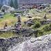 Ometti davanti alla capanna