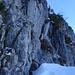 So nah und doch so fern - heute war mir diese Stelle auf Grund der rutschigen Felsen und der Schneeauflage oben zu heikel... rechts lauert der Abgrund