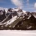 Foto vom Vortag bei Abstieg vom Similaun.<br />Der Anstiegsweg zur Fineilspitze verläuft ab Similaunhütte nach rechts leicht bergab (Schneelinie) - dann um den Felsrücken herum - über Schneefelder und Moränengeröll (Bildmitte rechts) hinauf zum Hauslabjoch - von dort hinüber zum gegen den Himmel sichtbaren NO-Grat hinauf auf den Gipfel .<br />