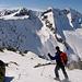 Andrea inizia la discesa dal deposito sci sotto il Piz Tiarms.