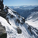 Die drahtseilgesicherte Passage beim Schlussaufstieg kein Problem. Beim Abstieg aber heikel beim Fels vorne in der Bildmitte, da der Schnee plattgetreten, hart, leicht vereist und das Drahtseil ganz am Boden war. Da ging ich zurück und montierte die Steigeisen
