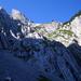 Steil gestellte Kalkschichten: Blick hinauf gegen den Schiberg
