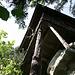 Das Glecksteinhüttli sitzt auf dem Sandsteinband und wird durch lange Pfähle gestützt