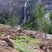 L'Alpe di Lesgiuna ingombra di detriti valanghivi e dominata dalla cascata.