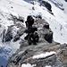 """So sieht's von oben aus. Reto am Boulder, """"mit Händsche und Skischue"""", der Spotter ist auch da, nur die Matte haben wir daheim gelassen..."""