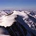 Die Südliche Ortlergruppe im Vordergrund, den Horizont bilden der Mte.Adamello (rechs) - die Cima Presanella (links)