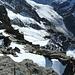 Interessanter Tiefblick vom Gipfel auf das Gelände der Aufstiegsroute.<br />Deutlich zu erkennen der zweigeteilte Nässigletscher. Darunter die von den drei Geländerücken zerfurchte Talflanke.