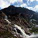 Die Schmelzwasse des Mittelbergferners donnern eine Felsstufe hinab. Heute prägt hier die in den felsgesprengte Notabfahrt des Pitztaler Gletscher Skigebetes die Szenerie.