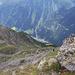 Tiefblick auf den noch anstehenden Abstieg, gegenüber ist der Normalweg ins Falbesoner Tal ersichtilich, unten kann die Bacherwandalm erahnt werden