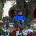 Siesta im Parc Princesse Antoinette unter einem Olivenbaum.